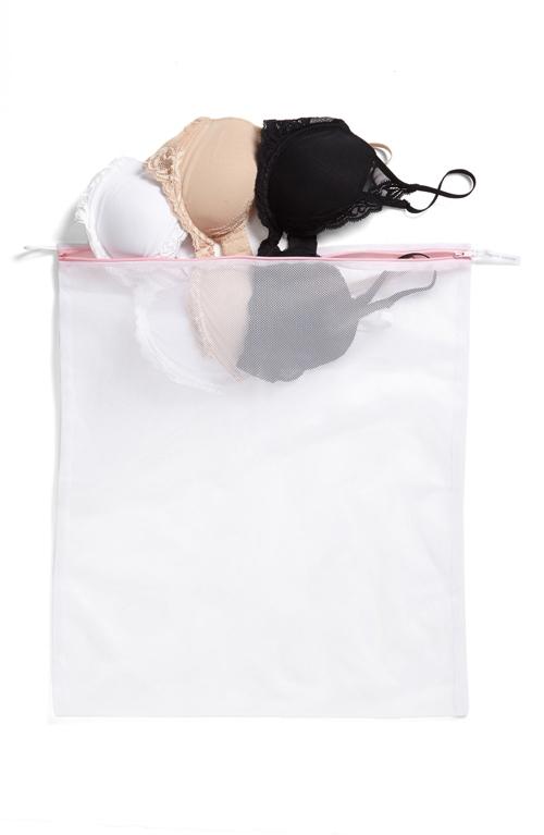 Cho áo ngực vào túi lưới