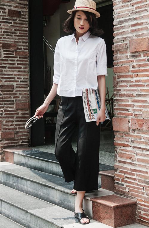 Quần đen, áo trắng