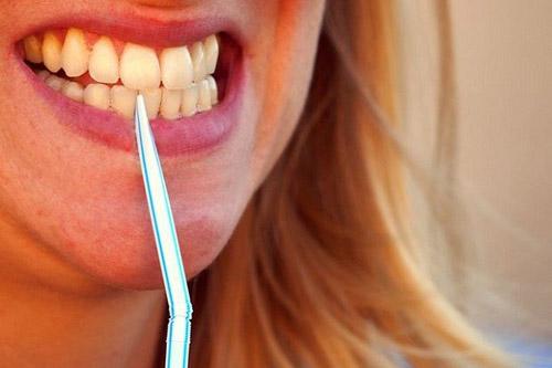 Xỉa răng bằng ống hút