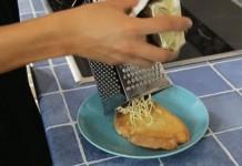 Dùng dụng cụ bào phô mai hoặc rau củ để bào bơ ra nhé!