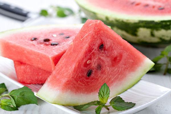 Nguy hiểm khôn lường khi ăn dưa hấu sai cách vào mùa hè