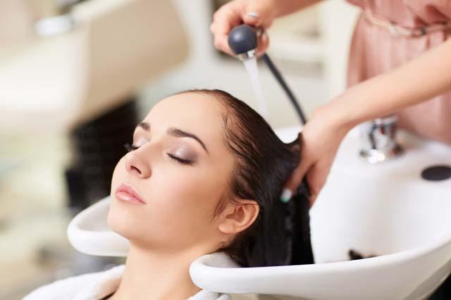 gội đầu - cách chăm sóc tóc uốn