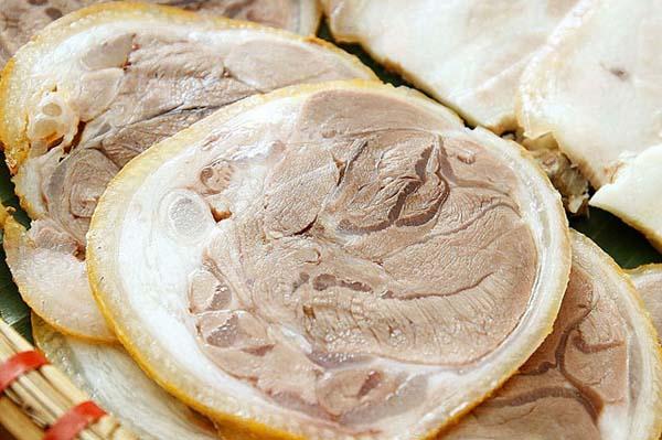 Nước luộc luôn phải ngập mặt thịt để thịt không bị thâm trong quá trình luộc