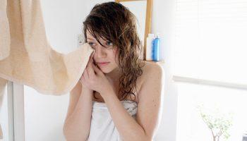 dùng khăn tắm lau mặt, nên hay không nên